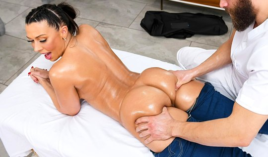 Mom with big tits during the massage let the bearded mans penis into the crotch