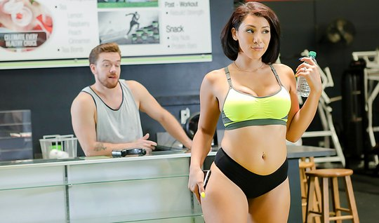 Sports chick shaking booty in front of the trainer at the gym and Fucks him pussy