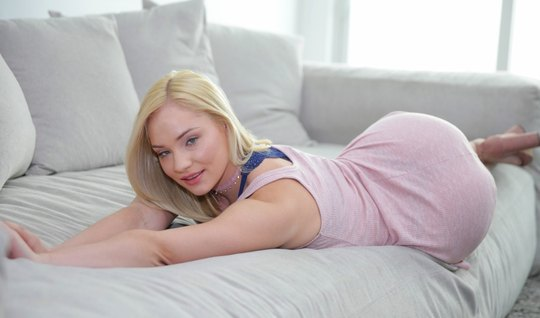 Sexy blonde on the casting guy brings to orgasm