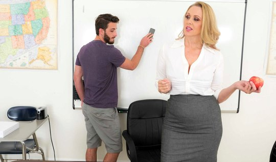Mature lady in the office seduced a guy into hot fuck