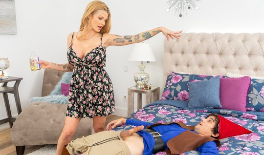 Mature mom with tattoo on the body Fucks young stepson
