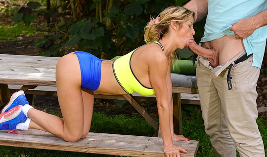 Photographer fucked Busty blonde in the throat right in the Park on the bench