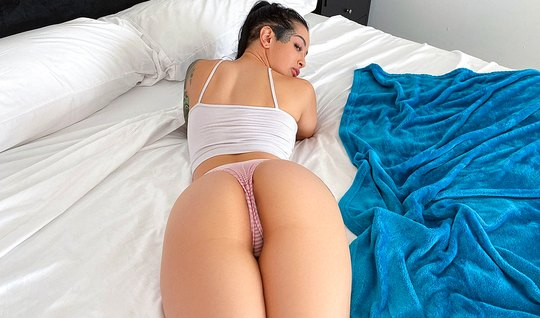 Tattooed brunette with big milkings during the massage cums from the spanking