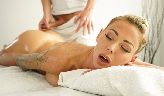 The masseur gently shoved a big circumcised horseradish into the pussy of a glamorous mother